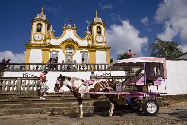 Uma simpática charrete espera por visitantes em frente àMatriz de Santo Antônio (Foto: Haroldo Castro/ÉPOCA)