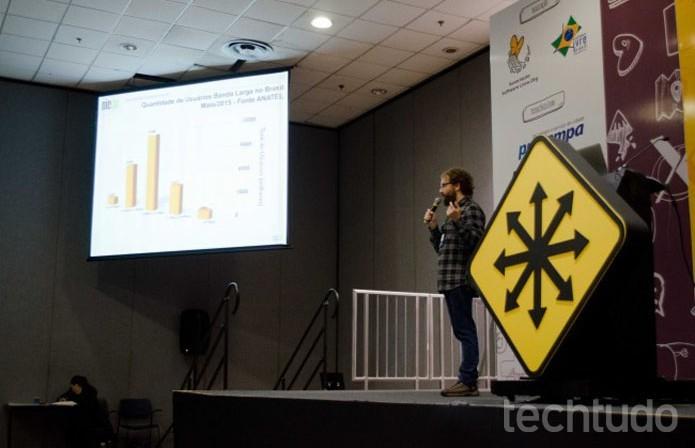 Fabrício Tamusiunas mostra dados da Internet brasileira (Foto: Giordano Tronco/TechTudo)