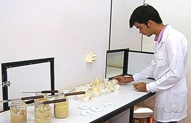 Universitário inova e cria maionese feita a base de banana verde, em Rio Verde, Goiás (Foto: Reprodução/TV Anhanguera)
