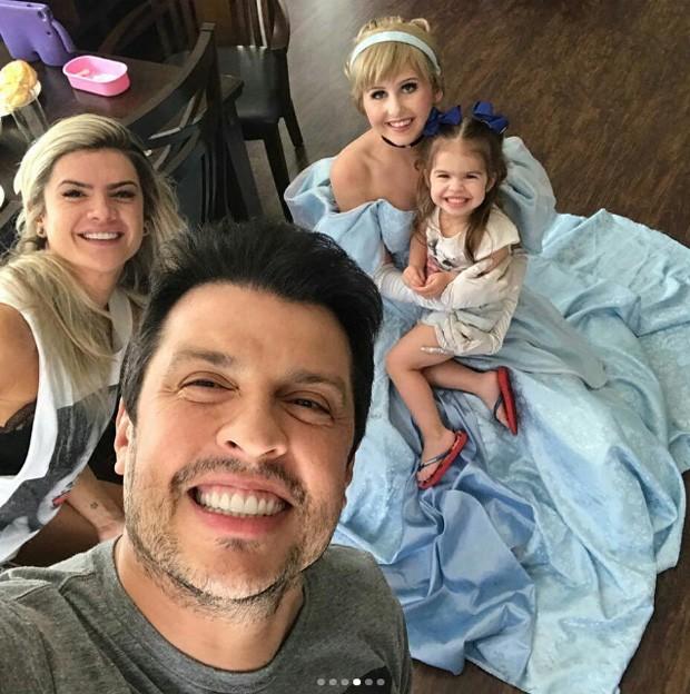 Wellington Muniz, Mirella Santos e Valentina posam com Cinderela (Foto: Reprodução/Instagram)