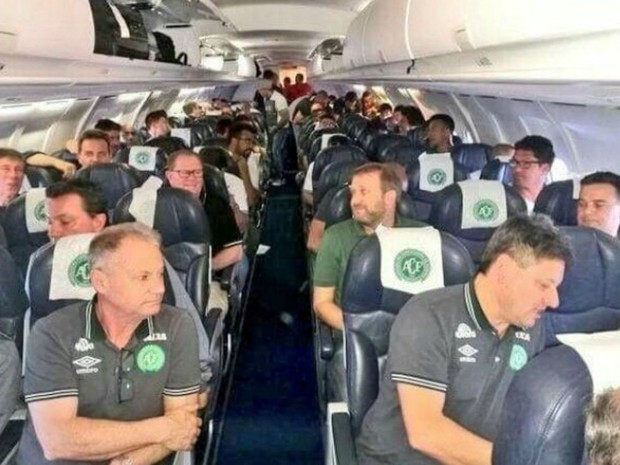 Família diz que médico enviou foto com o time dentro do avião  (Foto: Arquivo pessoal)
