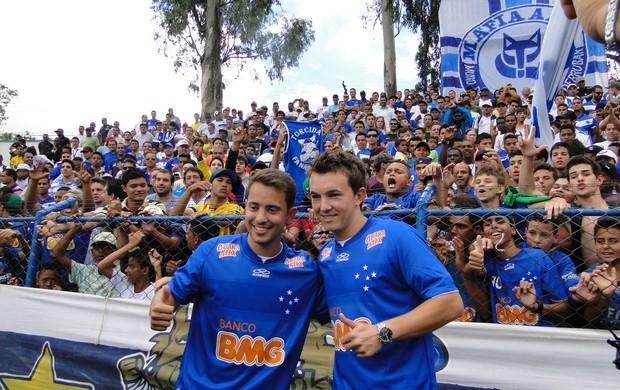 Dagoberto e Everton Ribeiro na apresentação (Foto: Tarcísio Badaró / Globoesporte.com)