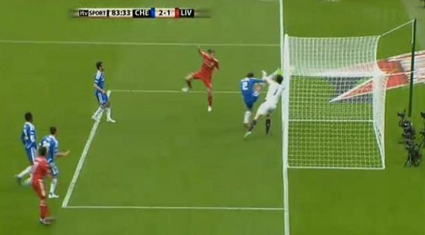 Momento polêmico: a cabeçada de Carroll e a defesa espetacular de Cech (Foto: Reprodução Youtube)