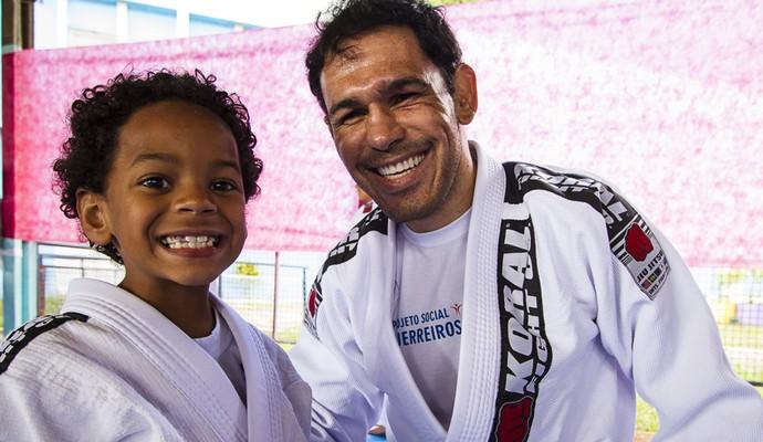 Minotouro posa com Jorge Lucas, uma das crianças do projeto (Foto: Juliano Araújo/FIJJA)