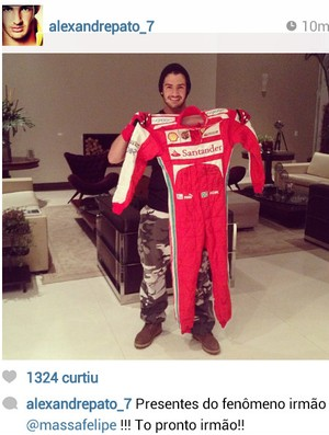 Pato exibe macacão dado por Felipe Massa (Foto: reprodução)