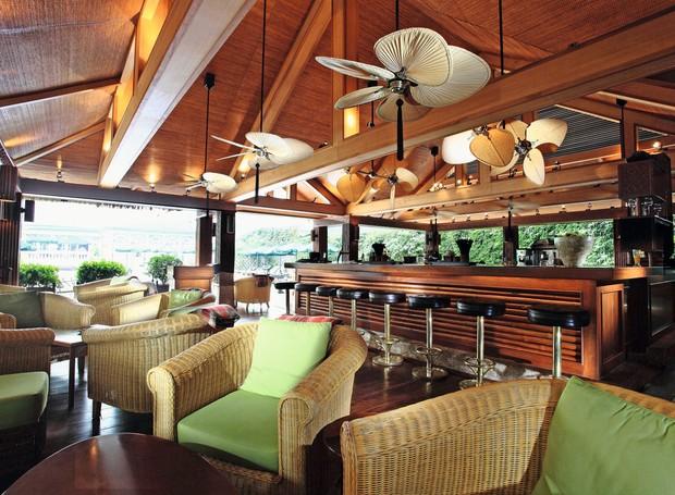 Bamboo Bar, na varanda à frente da piscina do Sofitel Legend Metropole, frequentado por bambas e artistas (Foto: Divulgação)