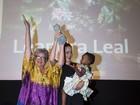 Leandra Leal, com a filha nos braços, é homenageada em festival