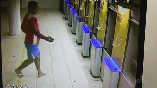 Vídeo mostra homem apedrejando caixas eletrônicos em agência bancária no AP