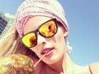 Yasmin Brunet toma água de coco e faz 'selfie' na praia