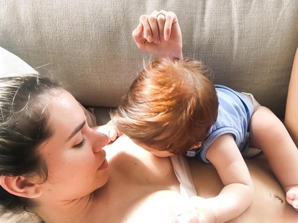 Adriana amamenta o filho (Foto: Reprodução/Instagram)