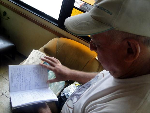 Antonio carrega na mala agenda com mensagens e contatos de pessoas que conheceu na peregrinação (Foto: Rodolfo Tiengo/G1)