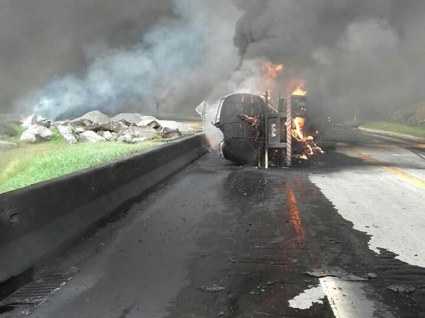 Carreta carregada de óleo tombou e carga foi derramada na pista (Foto: Divulgação /PRF)
