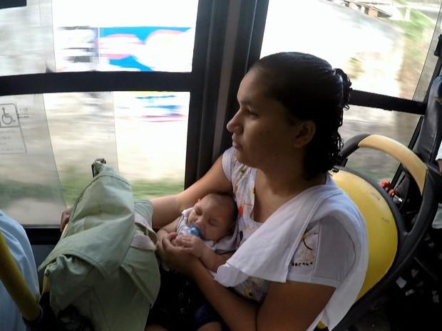 Jaqueline enfrenta mais de duas horas de ônibus para levar o filho para a fisioterpia; no local, ela encontrou também apoio com outras mães de bebês com microcefalia (Foto: Reprodução / TV Globo)