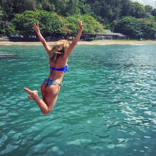 Ludmila Dayer em praia no Havaí (Foto: Instagram/ Reprodução)