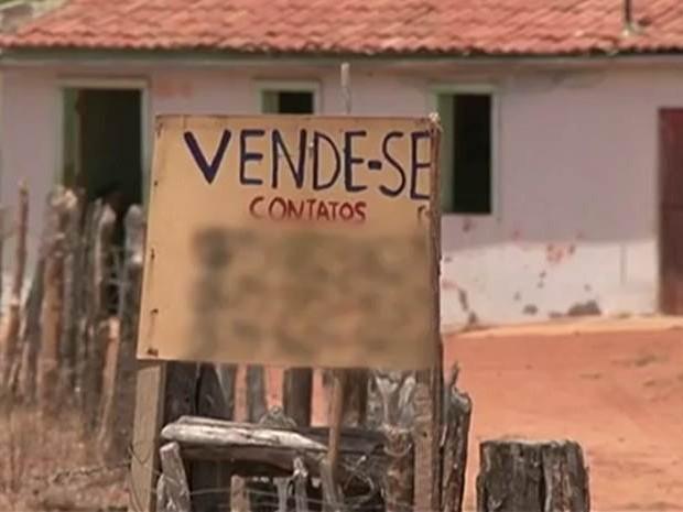 Aposentada colocou casa à venda após estiagem no Sertão de Pernambuco (Foto: Reprodução/TV Asa Branca)