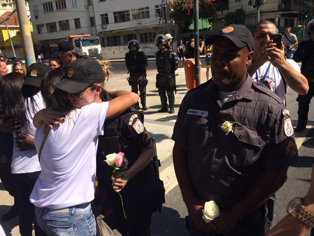 Parentes de policiias mortos entregaram flores a PMs que estavam no entorno do Maracanã (Foto: Fernanda Rouvenat / G1)