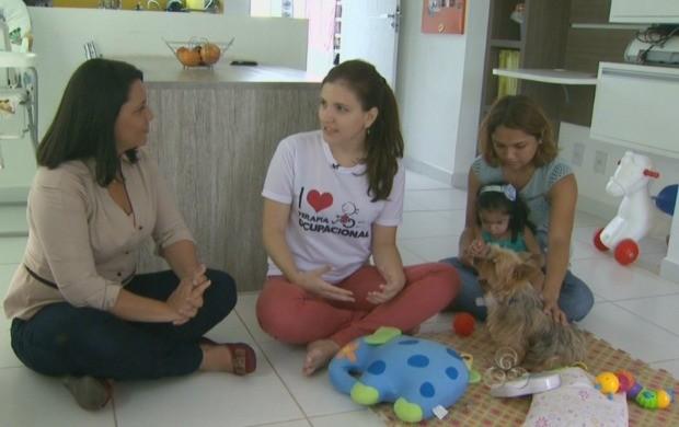 Família, profissionais e cão fazem parte da terapia (Foto: Roraima TV)
