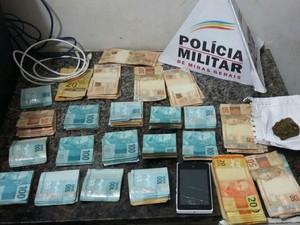 Suspeito de tráfico estava com mais de R$ 22 mil no Bairro Santa Cruz em Juiz de Fora (Foto: Polícia Militar/Divulgação)