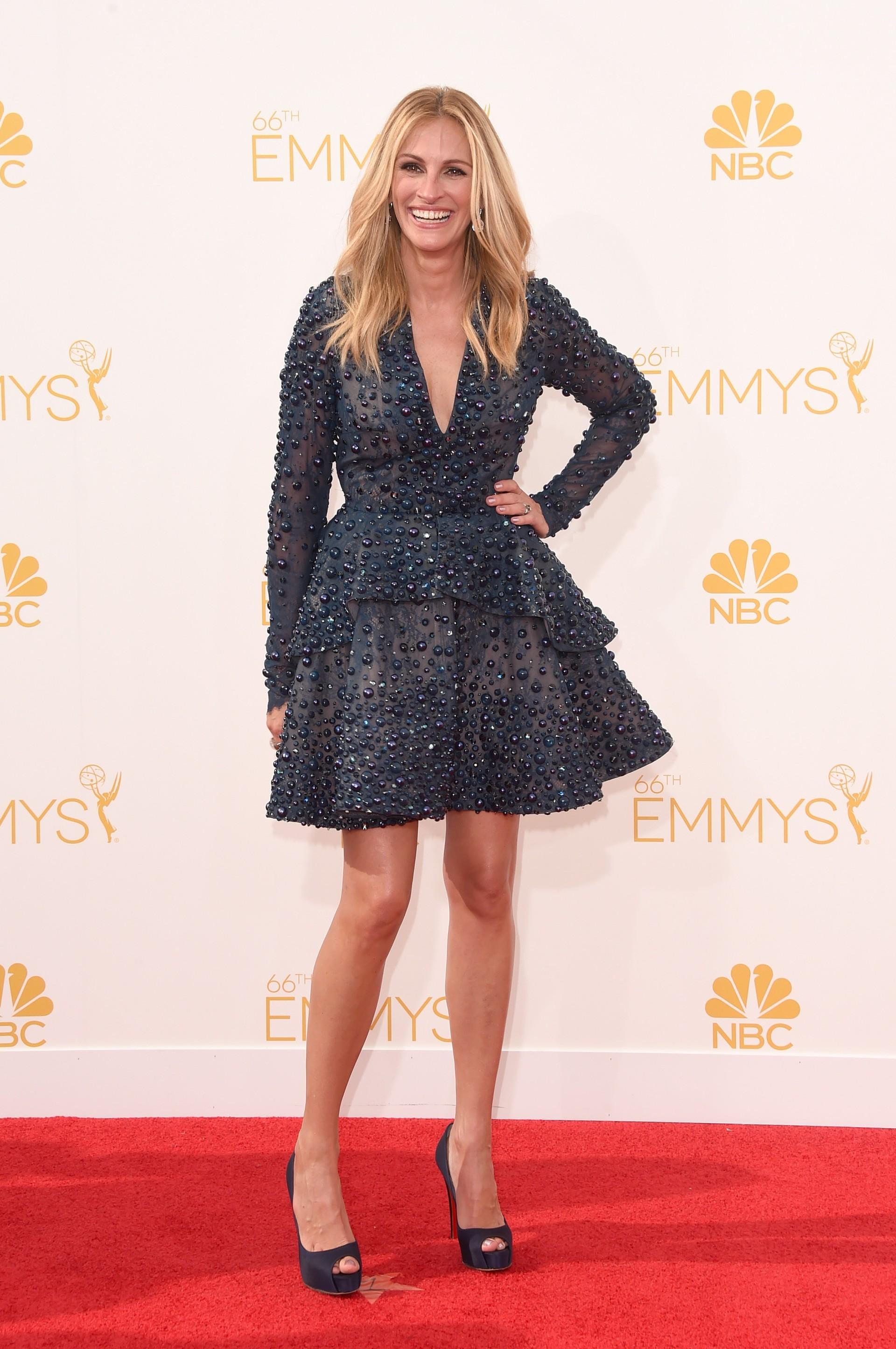 94867da0d Julia Roberts arrasa com vestido curto no tapete vermelho do Emmy ...