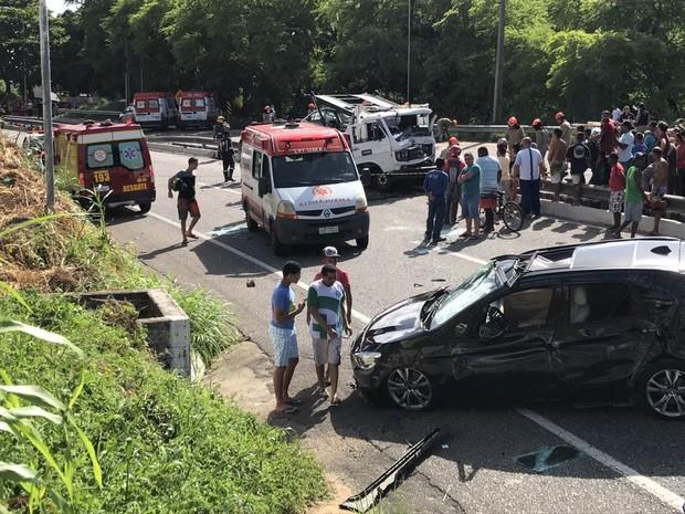 Carro que estava sendo carregado pelo caminhão cegonha e caiu no acostamento (Foto: Walter Paparazzo/G1)