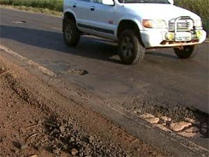 Buracos e falta de acostamento estão entre problemas em rodovia em Tambaú (Foto: Reprodução/EPTV)