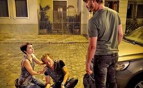 Nina defende Max de briga na rua e conquista a lealdade do malandro