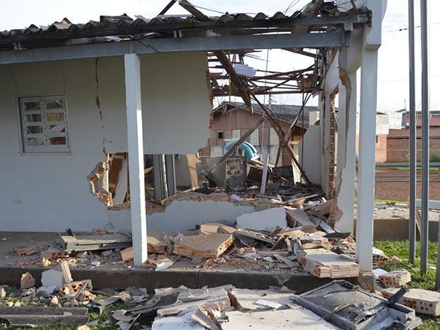 Grupo armado invadiu agência bancária em Ribeirãozinho (MT) e destruiu estrutura com a explosão. (Foto: Arlan Soares Catulé Filho/Ribeirãozinho Net)