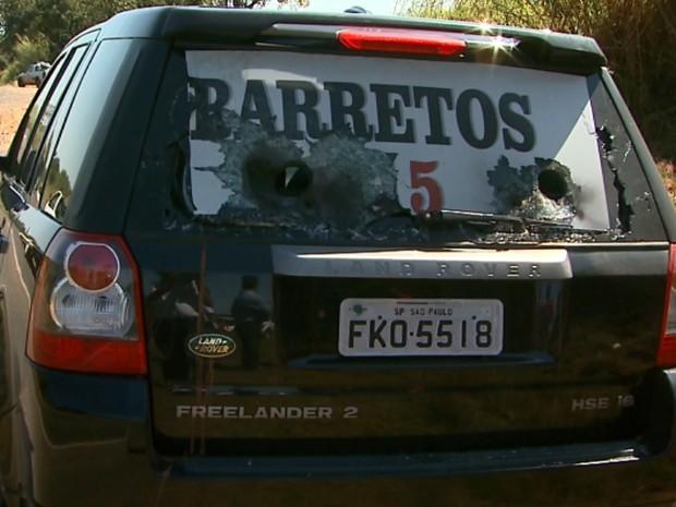 Carro usado pela quadrilha tinha vidros cortados para uso das armas na ação (Foto: Paulo Souza/EPTV)