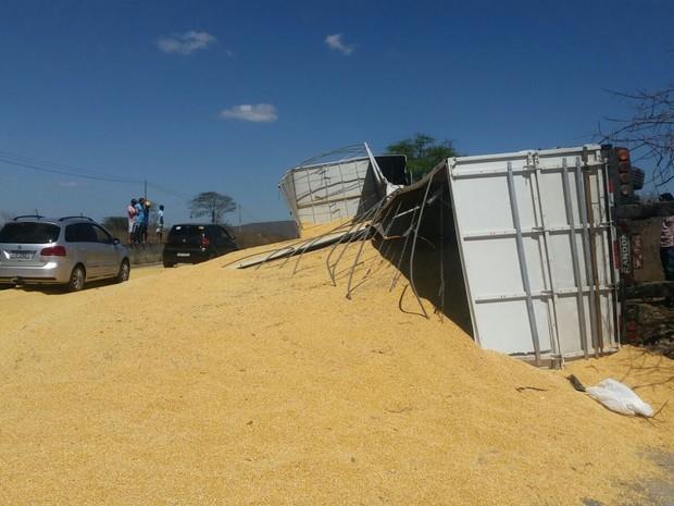 Caminhão tombou na BR-232, em Bezerros, Pernambuco (Foto: Divulgação/ PRF)