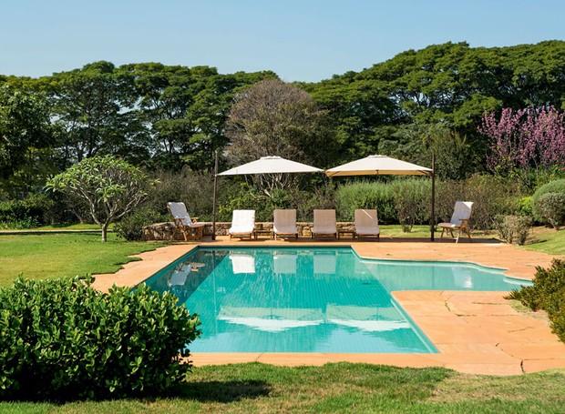 jardim-gramado-paisagista-rodrigo-oliveira-piscina-grama-esmeralda-jasmim-manga-cerejeira (Foto: Gui Morelli/Editora Globo)