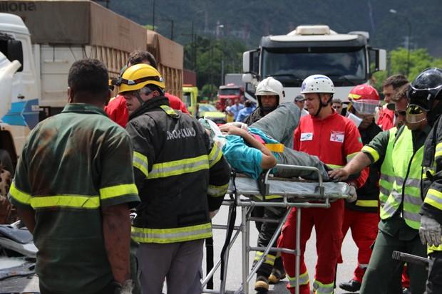 Motorista de um dos caminhões precisou de ajuda para ser retirado das ferragens (Foto: Phelipe Vasconcelos/TV Tribuna)