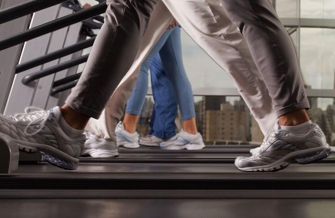 Pés caminhando em esteiras (Foto: Getty Images)