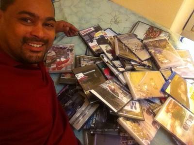 Marcos mostra orgulhoso parte de seu arquivo (Foto: Marcos Paulo Teles Xavier / Arquivo Pessoal )