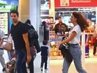 Cauã Reymond e Mariana Goldfarb embarcam em aeroporto do Rio
