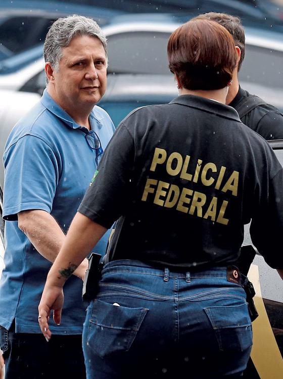 O ex-governador Anthony Garotinho levado pela PF.Sua verve ácida o faz ter medo de chegar perto de Sérgio Cabrail (Foto:   Pablo Jacob / Agência O Globo)
