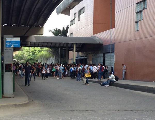 Passageiros encontram portas fechadas na estação Camaragibe (Foto: Kety Marinho/TV Globo)