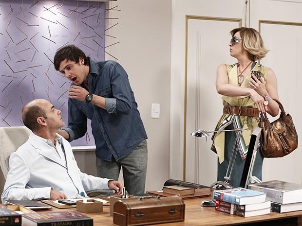 Samantha entra na sala dá um tapa na cara de Caíque (Foto: Inácio Moraes/Gshow)