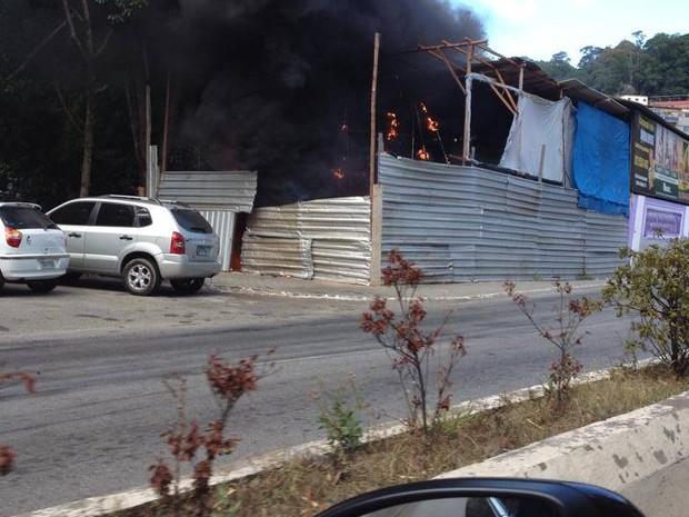 Incêndio atingiu carro alegórico na parte externa do barracão (Foto: Mario Zago)