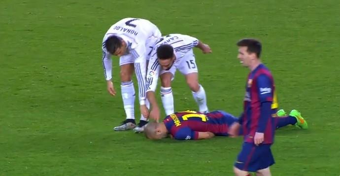 Cristiano Ronaldo e Carvajal cutucam Mascherano no chão no Barcelona x Real Madrid