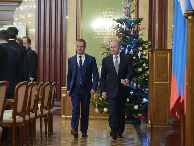 O presidente russo Vladimir Putin e o primeiro ministro Dmitry Medvedev entram em um hall após o encontro presidencial com membros do governo russo (Foto: Alexander Astafyev / SPUTNIK / AFP)