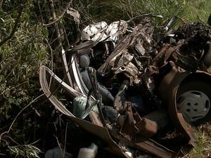 Carro da vítima, um Fiat Palio com placas de Erechim, ficou completamente destruído (Foto: Reprodução/RBS TV)