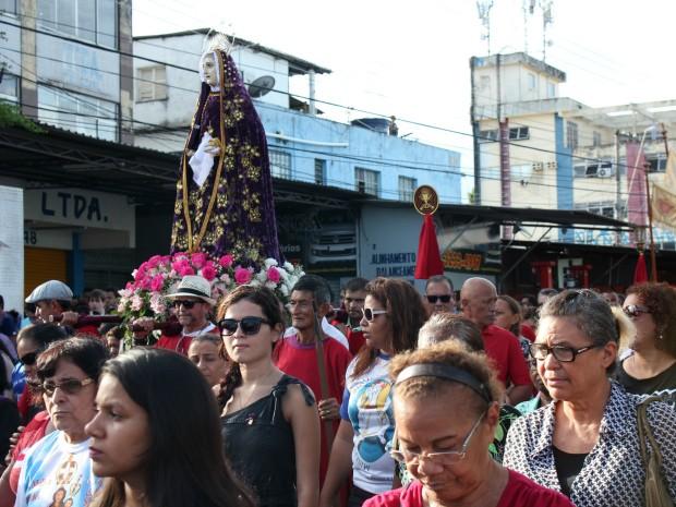 Romaria seguiu até Igreja da Matriz (Foto: Jamile Alves/G1 AM)