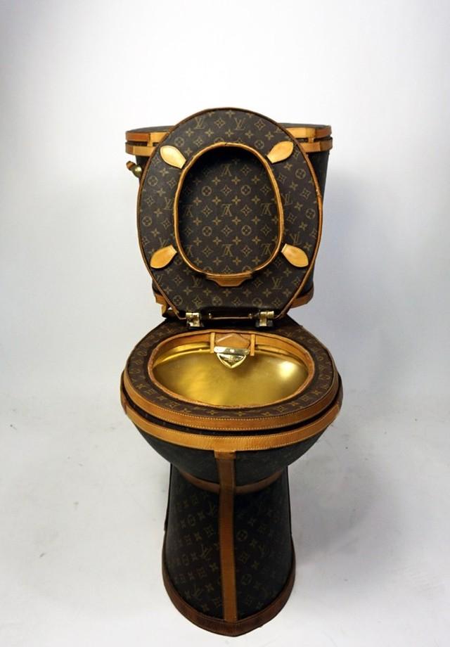 Vaso sanitário da Louis Vuitton, criado pela artista Illma Gore e avaliado em US$ 100 mil (Foto: reprodução)