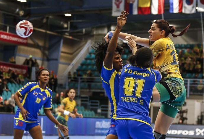 Duda atira para marcar no jogo contra o Congo no Mundial de handebol (Foto: Wander Roberto/inovafoto)