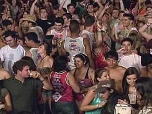Foliões no pique no último dia da folia em Ituiutaba (Foto: Reprodução/TV Integração)
