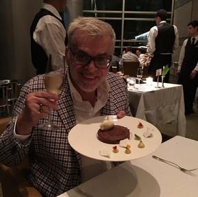 Para festejar, Walcyr Carrasco saiu para jantar e bebeu vinho (Foto: Reprodução/Instagram)