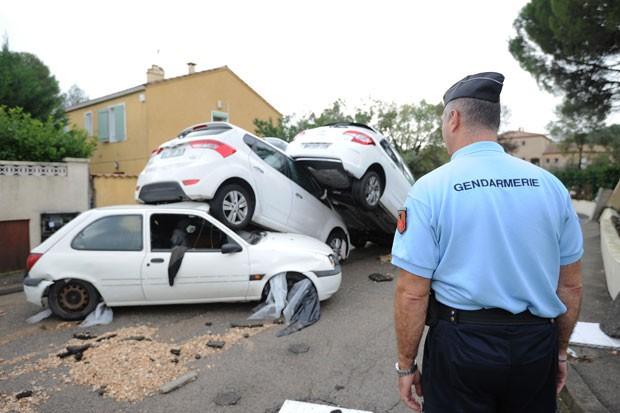 Inundação deixou carros empilhados em Grabels, no sul da França (Foto: Sylvain Thomas/AFP)