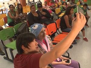 Mágico youtuber fez questão de conhecer e gravar vídeo com a Lorena  (Foto: Gabriel Torres/ TV TEM)