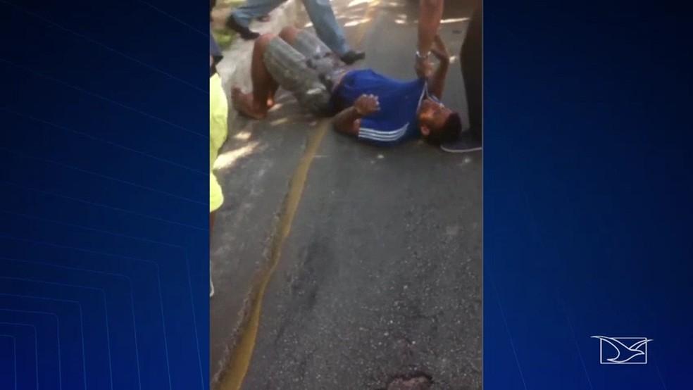 Dois homens foram surpreendidos por um passageiro durante uma tentativa de assalto a um ônibus em São Luís. (Foto: Reprodução/TV Mirante)
