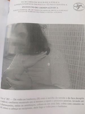 Eduardo mostra como cortou a cabeça do zelador em reconstituição (Foto: Reprodução)